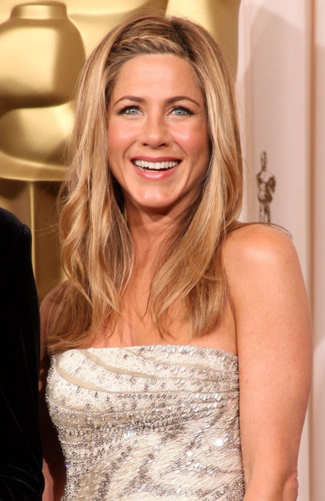 OS ANGELES, CA - FEBRUARY 22: (EDITORS NOTE: NO ONLINE, NO INTERNET, EMBARGOED FROM INTERNET AND TELEVISION USAGE UNTIL THE CONCLUSION OF THE LIVE OSCARS TELECAST) Actress Jennifer Aniston poses in the press room at the 81st Annual Academy Awards held at Kodak Theatre on February 22, 2009 in Los Angeles, California.