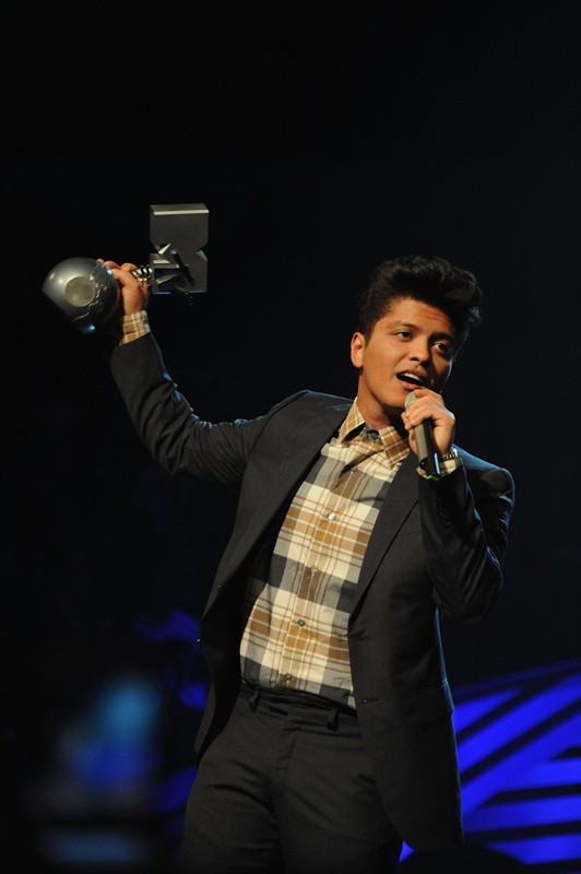 BELFAST, NORTHERN IRELAND - NOVEMBER 06: Singer Bruno Mars receives the award for Best New act onstage during the MTV Europe Music Awards 2011 live show at at the Odyssey Arena on November 6, 2011 in Belfast, Northern Ireland