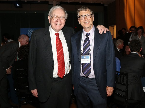 Warren Buffett (L) and Bill Gates attend the Forbes' 2015 Philanthropy Summit Awards Dinner on June 3, 2015 in New York City.