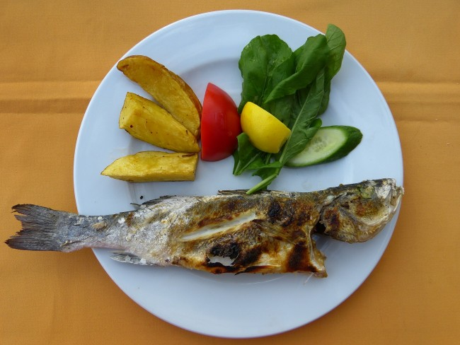A dinner plate with fish and vegetables (Source: Pixabay)