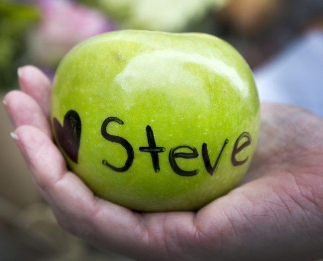 Apple with Love Steve written on it (Source: Kimberly White / Reuters)