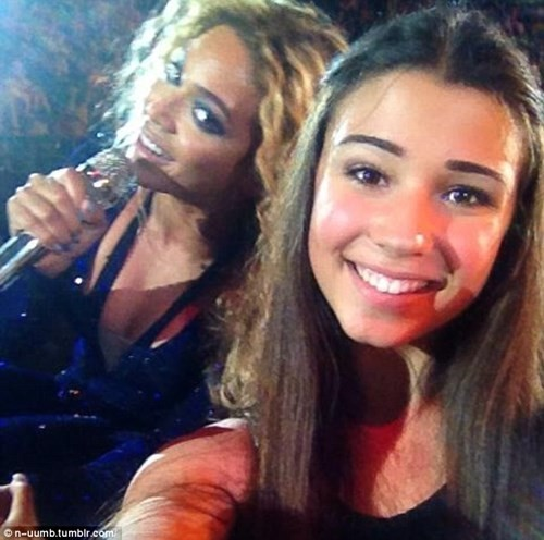 Beyonce and a fan in a selfie (Tumblr)